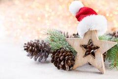 αφηρημένο ανασκόπησης Χριστουγέννων σκοτεινό διακοσμήσεων σχεδίου λευκό αστεριών προτύπων κόκκινο Αστέρι Χριστουγέννων και καπέλο Στοκ εικόνες με δικαίωμα ελεύθερης χρήσης