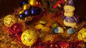 αφηρημένο ανασκόπησης Χριστουγέννων σκοτεινό διακοσμήσεων σχεδίου λευκό αστεριών προτύπων κόκκινο Χρυσές κόκκινες μπλε και πράσιν απόθεμα βίντεο