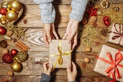 αφηρημένο ανασκόπησης Χριστουγέννων σκοτεινό διακοσμήσεων σχεδίου λευκό αστεριών προτύπων κόκκινο Το παιδί παίρνει το δώρο Στοκ εικόνες με δικαίωμα ελεύθερης χρήσης