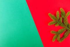 αφηρημένο ανασκόπησης Χριστουγέννων σκοτεινό διακοσμήσεων σχεδίου λευκό αστεριών προτύπων κόκκινο Πράσινος κλάδος δέντρων έλατου  Στοκ Εικόνα