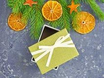 αφηρημένο ανασκόπησης Χριστουγέννων σκοτεινό διακοσμήσεων σχεδίου λευκό αστεριών προτύπων κόκκινο Πράσινο κιβώτιο δώρων ανοικτό σ Στοκ Φωτογραφία