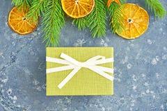 αφηρημένο ανασκόπησης Χριστουγέννων σκοτεινό διακοσμήσεων σχεδίου λευκό αστεριών προτύπων κόκκινο Πράσινο κιβώτιο δώρων σε ένα υπ Στοκ φωτογραφίες με δικαίωμα ελεύθερης χρήσης