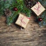 αφηρημένο ανασκόπησης Χριστουγέννων σκοτεινό διακοσμήσεων σχεδίου λευκό αστεριών προτύπων κόκκινο Δώρο Χριστουγέννων, δέντρο έλατ Στοκ εικόνες με δικαίωμα ελεύθερης χρήσης