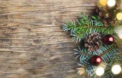 αφηρημένο ανασκόπησης Χριστουγέννων σκοτεινό διακοσμήσεων σχεδίου λευκό αστεριών προτύπων κόκκινο Δέντρο και διακοσμήσεις έλατου  Στοκ εικόνες με δικαίωμα ελεύθερης χρήσης