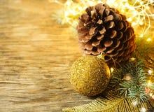 αφηρημένο ανασκόπησης Χριστουγέννων σκοτεινό διακοσμήσεων σχεδίου λευκό αστεριών προτύπων κόκκινο Δέντρο και διακοσμήσεις έλατου  Στοκ Εικόνες