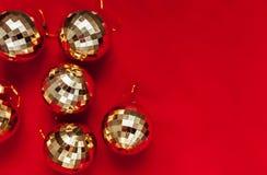 αφηρημένο ανασκόπησης Χριστουγέννων σκοτεινό διακοσμήσεων σχεδίου λευκό αστεριών προτύπων κόκκινο Σφαίρες του χρυσού παιχνίδια Στοκ Εικόνα