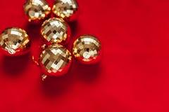 αφηρημένο ανασκόπησης Χριστουγέννων σκοτεινό διακοσμήσεων σχεδίου λευκό αστεριών προτύπων κόκκινο Σφαίρες του χρυσού παιχνίδια Στοκ εικόνα με δικαίωμα ελεύθερης χρήσης