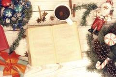 αφηρημένο ανασκόπησης Χριστουγέννων σκοτεινό διακοσμήσεων σχεδίου λευκό αστεριών προτύπων κόκκινο Βιβλίο ανάγνωσης κοριτσιών και  στοκ φωτογραφίες