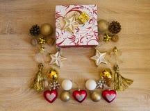 αφηρημένο ανασκόπησης Χριστουγέννων σκοτεινό διακοσμήσεων σχεδίου λευκό αστεριών προτύπων κόκκινο Τα κόκκινα και χρυσά ντεκόρ Χρι στοκ εικόνα με δικαίωμα ελεύθερης χρήσης