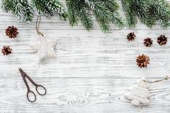 αφηρημένο ανασκόπησης Χριστουγέννων σκοτεινό διακοσμήσεων σχεδίου λευκό αστεριών προτύπων κόκκινο Παιχνίδια, κομψοί κλάδοι, κώνοι Στοκ Φωτογραφίες