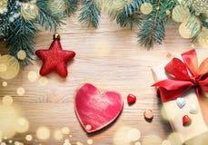 αφηρημένο ανασκόπησης Χριστουγέννων σκοτεινό διακοσμήσεων σχεδίου λευκό αστεριών προτύπων κόκκινο Πεύκο, αστέρι και ξύλινη καρδιά Στοκ φωτογραφία με δικαίωμα ελεύθερης χρήσης
