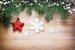 αφηρημένο ανασκόπησης Χριστουγέννων σκοτεινό διακοσμήσεων σχεδίου λευκό αστεριών προτύπων κόκκινο Πεύκο και κόκκινο αστέρι Στοκ Φωτογραφίες