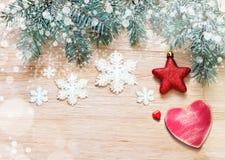 αφηρημένο ανασκόπησης Χριστουγέννων σκοτεινό διακοσμήσεων σχεδίου λευκό αστεριών προτύπων κόκκινο Πεύκο, αστέρι και ξύλινη καρδιά Στοκ εικόνα με δικαίωμα ελεύθερης χρήσης