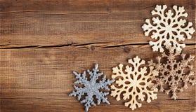 αφηρημένο ανασκόπησης Χριστουγέννων σκοτεινό διακοσμήσεων σχεδίου λευκό αστεριών προτύπων κόκκινο Snowflakes σύνορα στον ξύλινο π Στοκ Εικόνες