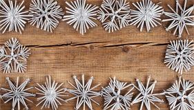 αφηρημένο ανασκόπησης Χριστουγέννων σκοτεινό διακοσμήσεων σχεδίου λευκό αστεριών προτύπων κόκκινο Snowflakes σύνορα στον ξύλινο π Στοκ εικόνα με δικαίωμα ελεύθερης χρήσης