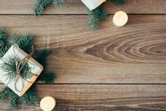 αφηρημένο ανασκόπησης Χριστουγέννων σκοτεινό διακοσμήσεων σχεδίου λευκό αστεριών προτύπων κόκκινο διακοσμημένο δέντρο έλατου, δώρ Στοκ φωτογραφίες με δικαίωμα ελεύθερης χρήσης