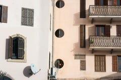 Αφηρημένο αστικό αστικό αστικό τοπίο υποβάθρου grunge: συνδυασμός τοίχων δύο σπιτιών με τα ξύλινα εκλεκτής ποιότητας παράθυρα και Στοκ φωτογραφίες με δικαίωμα ελεύθερης χρήσης