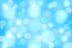 Αφηρημένο εορταστικό ανοικτό μπλε ασημένιο υπόβαθρο bokeh με τους ζωηρόχρωμους κύκλους και τα αστέρια r απεικόνιση αποθεμάτων