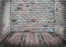 Αφηρημένο εσωτερικό με τον παλαιό τουβλότοιχο και το ξύλινο πάτωμα Στοκ φωτογραφία με δικαίωμα ελεύθερης χρήσης
