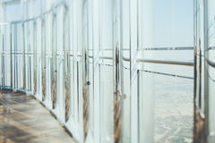 Αφηρημένο εσωτερικό υπόβαθρο γραφείων γυαλιού και χρωμίου στις ακτίνες ήλιων Στοκ Εικόνες