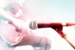 Αφηρημένο ζωηρόχρωμο μικρόφωνο με τον κιθαρίστα στη σκηνή, χρώμα κρητιδογραφιών στοκ εικόνες