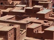 Αφηρημένο καφετί υπόβαθρο από τις κυβικές μορφές επίπεδων στεγών σπιτιών ενός των παραδοσιακών αργίλου του Μαρόκου, Αφρική Στοκ Φωτογραφία