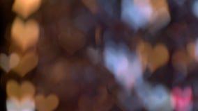 Αφηρημένο κόκκινο, κίτρινο και μπλε χρώμα φω'των με μορφή μιας καρδιάς σε μια μαύρη οθόνη σημειώσεις μουσικής ανασκόπησης bokeh θ φιλμ μικρού μήκους