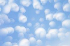 Αφηρημένο μαλακό ανοικτό μπλε υπόβαθρο με τους θολωμένους κύκλους Μικρά σύννεφα μια ηλιόλουστη ημέρα Υπόβαθρο Στοκ Εικόνες
