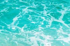Αφηρημένο μπλε υπόβαθρο θαλάσσιου νερού με τον άσπρο αφρό Στοκ εικόνα με δικαίωμα ελεύθερης χρήσης