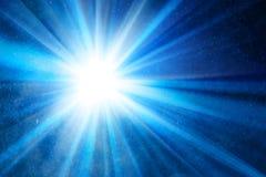 Αφηρημένο μπλε υπόβαθρο με τις ακτίνες Στοκ φωτογραφία με δικαίωμα ελεύθερης χρήσης