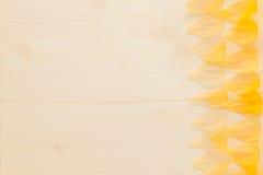Αφηρημένο ξύλινο υπόβαθρο με τα κίτρινα πέταλα λουλουδιών Υπόβαθρο πρότυπο Στοκ Εικόνες