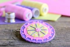 Αφηρημένο λουλούδι φιαγμένο από ζωηρόχρωμες αισθητές και ανοικτό ροζ χάντρες Χειροποίητο όμορφο λουλούδι, νήμα, ζωηρόχρωμα αισθητ Στοκ Εικόνα