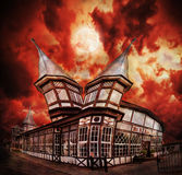 Αφηρημένο συχνασμένο φαντασία σπίτι με το δραματικό ουρανό Στοκ φωτογραφία με δικαίωμα ελεύθερης χρήσης
