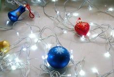 Αφηρημένο σύνολο Χριστουγέννων διακοσμήσεων και φω'των στο ουδέτερο υπόβαθρο Στοκ Εικόνες