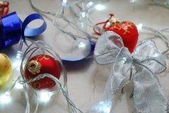 Αφηρημένο σύνολο Χριστουγέννων διακοσμήσεων και φω'των στο ουδέτερο υπόβαθρο Στοκ εικόνες με δικαίωμα ελεύθερης χρήσης