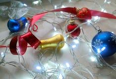 Αφηρημένο σύνολο Χριστουγέννων διακοσμήσεων και φω'των στο ουδέτερο υπόβαθρο Στοκ εικόνα με δικαίωμα ελεύθερης χρήσης