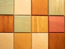 Αφηρημένο τετραγωνικό σχέδιο που γίνεται από τους ζωηρόχρωμους ξύλινους φραγμούς στοκ εικόνες