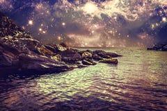 Αφηρημένο τοπίο με τη δύσκολους ακτή, τη θάλασσα και τον ουρανό