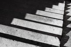 Αφηρημένο υπόβαθρο αρχιτεκτονικής με τη συγκεκριμένα σκάλα και το sha Στοκ Φωτογραφία