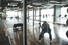 Αφηρημένο υπόβαθρο θαμπάδων των εξοπλισμών άσκησης μέσα στη σύγχρονη γυμναστική ικανότητας στοκ εικόνα