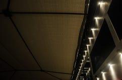 Αφηρημένο υπόβαθρο με ένα μεταλλικό υπόβαθρο φω'των δομών και νύχτας στοκ εικόνες