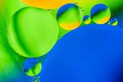 Αφηρημένο υπόβαθρο με τα ζωηρόχρωμα χρώματα κλίσης Πτώσεις πετρελαίου στην αφηρημένη psychedelic εικόνα σχεδίων νερού Στοκ εικόνα με δικαίωμα ελεύθερης χρήσης