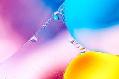 Αφηρημένο υπόβαθρο με τα ζωηρόχρωμα χρώματα κλίσης Πτώσεις πετρελαίου στην αφηρημένη psychedelic εικόνα σχεδίων νερού Κρητιδογραφ Στοκ Εικόνες