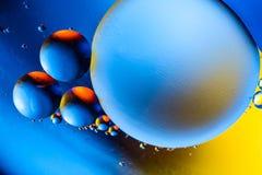 Αφηρημένο υπόβαθρο με τα ζωηρόχρωμα χρώματα κλίσης Πτώσεις πετρελαίου στην αφηρημένη psychedelic εικόνα σχεδίων νερού Μπλε πορτοκ στοκ εικόνα
