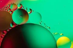 Αφηρημένο υπόβαθρο με τα ζωηρόχρωμα χρώματα κλίσης Πτώσεις πετρελαίου στην αφηρημένη psychedelic εικόνα σχεδίων νερού Πράσινος, μ στοκ εικόνα