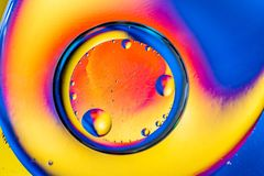 Αφηρημένο υπόβαθρο με τα ζωηρόχρωμα χρώματα κλίσης Πτώσεις πετρελαίου στην αφηρημένη psychedelic εικόνα σχεδίων νερού Μπλε πορτοκ στοκ φωτογραφία με δικαίωμα ελεύθερης χρήσης