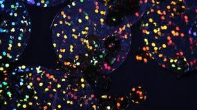 Αφηρημένο υπόβαθρο με την πολύχρωμη στρογγυλή κινηματογράφηση σε πρώτο πλάνο paillette Στοκ Φωτογραφία
