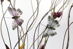 Αφηρημένο υπόβαθρο με το τεχνητά buterfly και τα λουλούδια Στοκ Εικόνες
