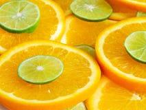 Αφηρημένο υπόβαθρο με citrus-fruit των φετών πορτοκαλιών και ασβέστη Κλείστε επάνω, πλάγια όψη στοκ εικόνες με δικαίωμα ελεύθερης χρήσης