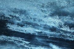 Αφηρημένο υπόβαθρο μιας επιφάνειας του μπλε πάγου με μια μουτζουρωμένη δομή και τα λωρίδες του σκοτεινότερου χρώματος Στοκ φωτογραφίες με δικαίωμα ελεύθερης χρήσης